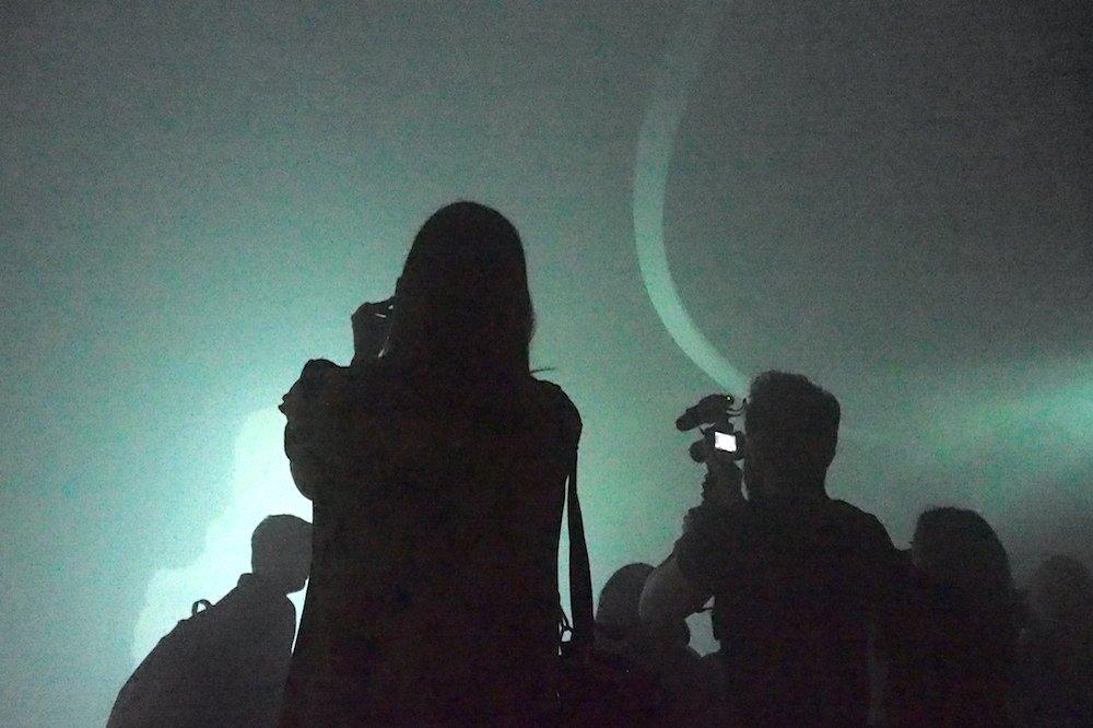 Die Projektionen erfolgen auf Nebel und Wand zugleich (Foto: invidis)