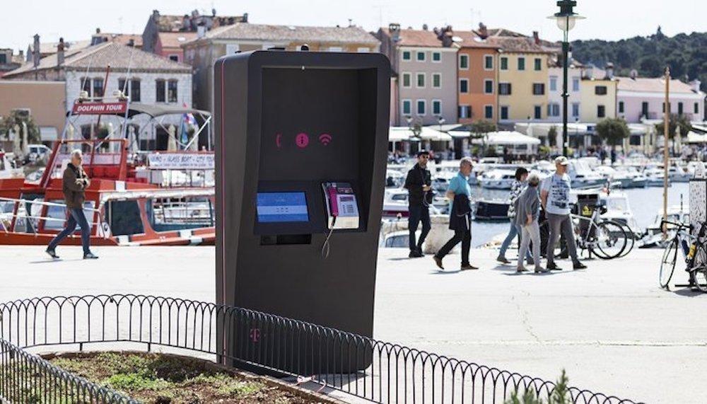 Die installierten Stelen erlauben das Telefonieren oder das Aufladen eines Endgerätes sowie interaktive Services (Foto: Go2Digital)