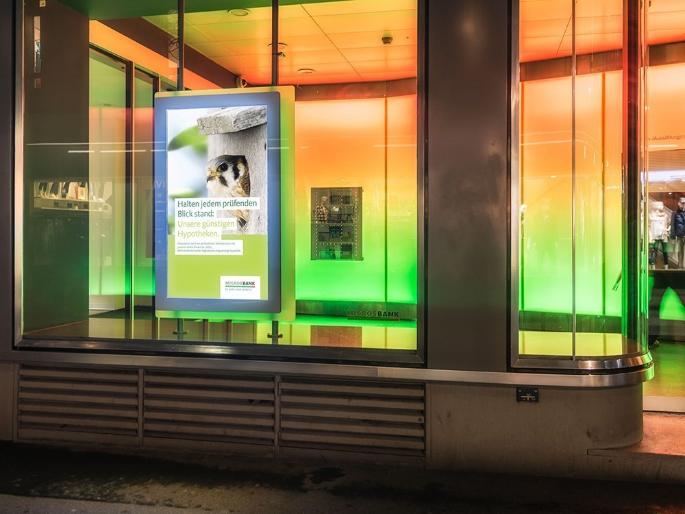 Digital Signage Screens bei der Migros Bank (Foto: screenFOODnet)