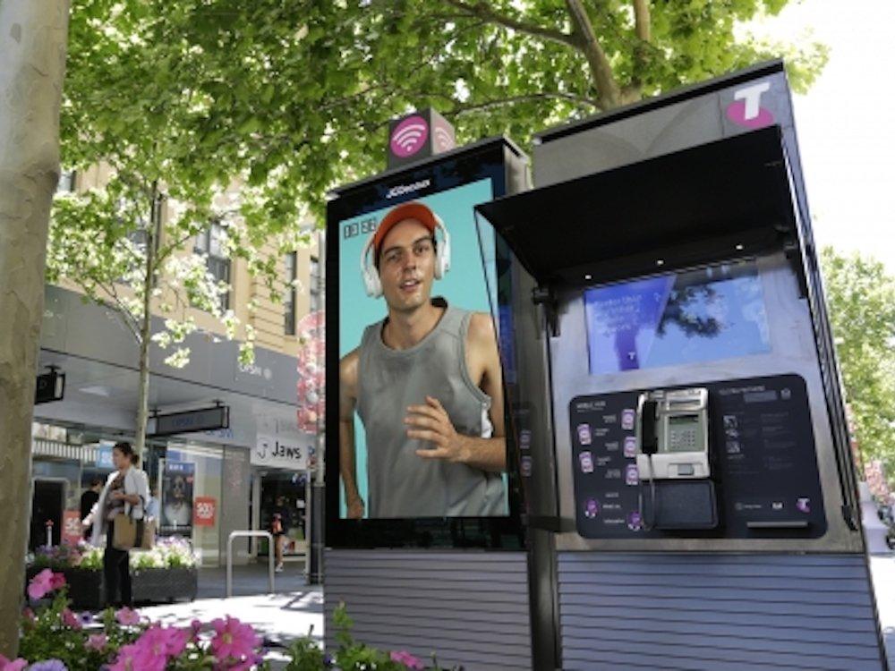 """In Perth installiertes DooH Kiosk mit 72"""" Screen, Free WiFi und weiteren Services (Foto: JCDecaux Australia)"""