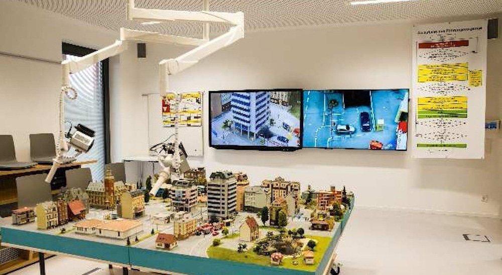 """Planübungsraum mit 70"""" Displays – Kameras wurden an Deckenschwenkarmen installiert (Foto: multi-media systeme AG)"""