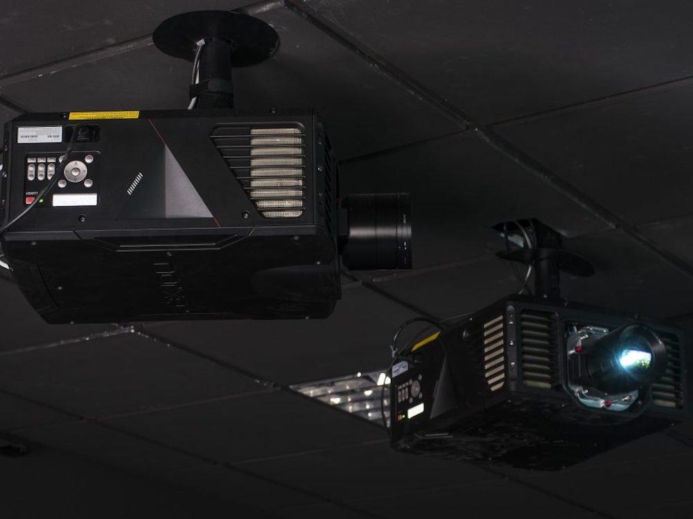 Projektoren des neuen Simulationssystems in der spanischen Militärakademie (Foto: Norxe)