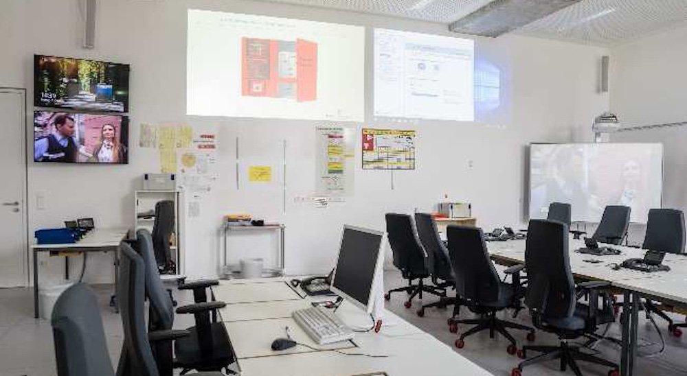 Projektoren und Screens im Stabsraum (Foto: multi-media systeme AG)