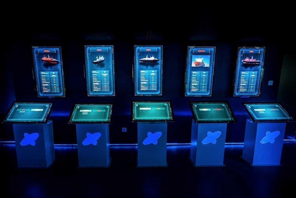 Verschiedene interaktive Stelen und einzelne Displays (Foto: Sarner International)