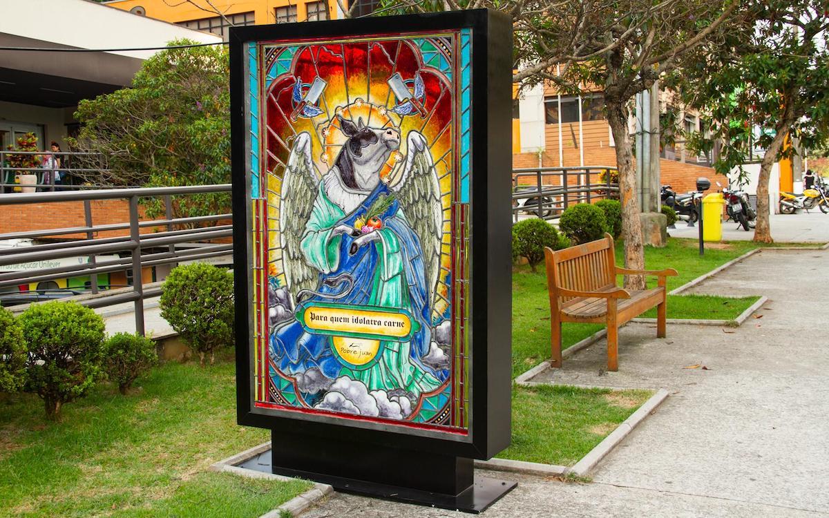 Eher keine heilige Kuh – echtes Glas-Poster in Brasilien am Straßenrand (Foto: Dentsu)