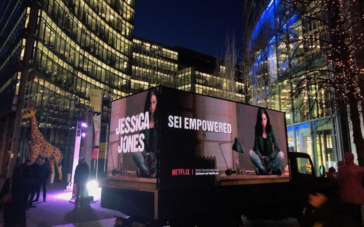 Kampagne für Netflix auf einem mobilen DooH Screen (Foto: AMBERMEDIA)