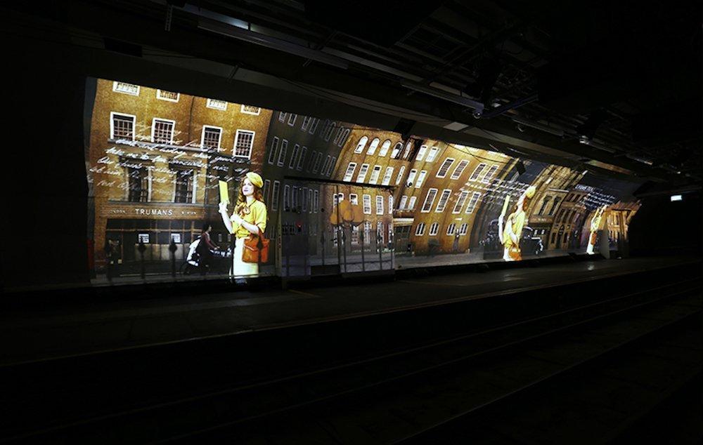 Mehrere Bahnsteige werden mit Projektionen wie dieser bespielt (Foto: Digital Projection)