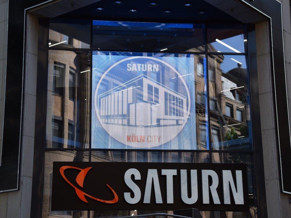 Mit der transparenten LED-Wall wirbt Saturn im Eingangsbereich zur Straße (Foto: m.i.b)
