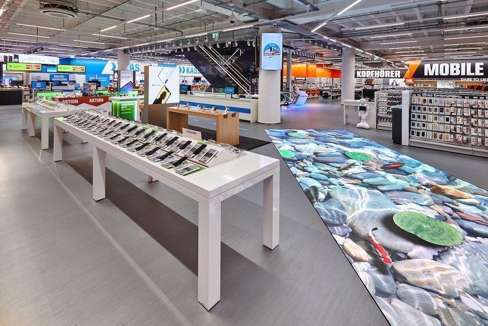 Rechts im Bild: der LED Walk im neuen Kölner Saturn (Foto: MediaMarkt Saturn Retail Group)