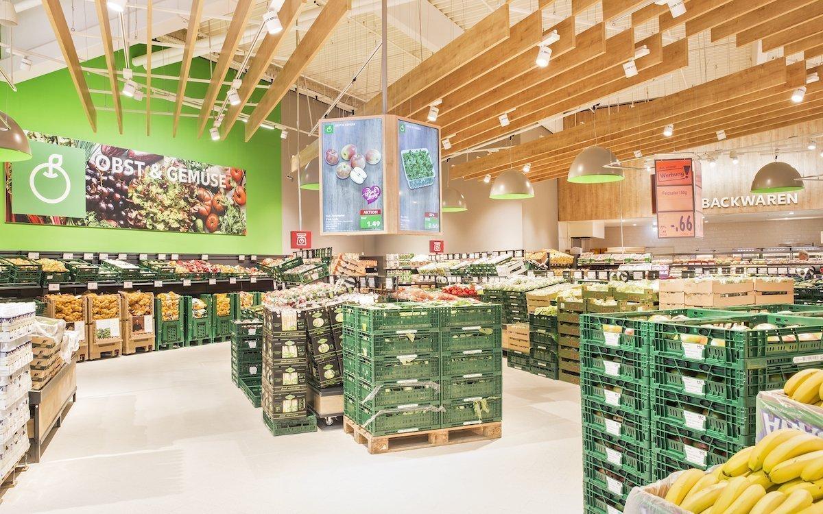 So macht DS Freude: Sauber abgehängte Screens in passendem Design in der Abteilung für Obst und Gemüse (Foto: Kaufland)