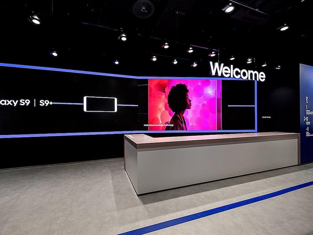 Screen an einer Theke im Flagship von Samsung (Foto: Cheil)