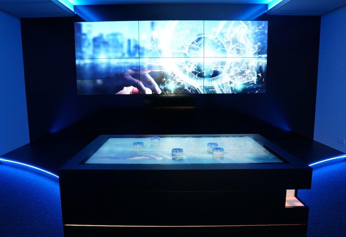 Showroom mit Multitouch-Tisch und Screen-Wall (Foto: Garamantis)