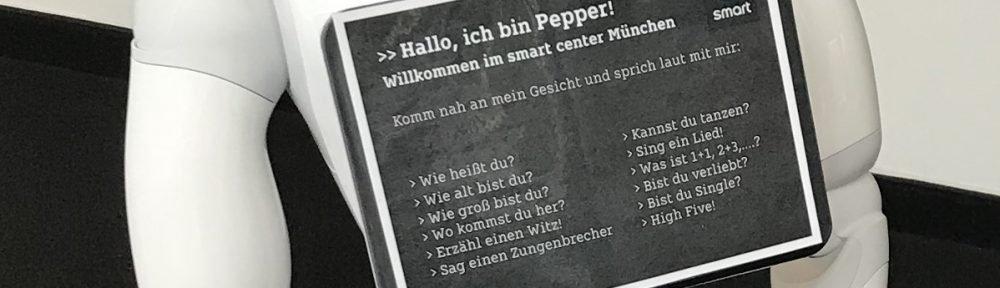 Pepper mit Pappe bei Smart München (Foto: invidis)1