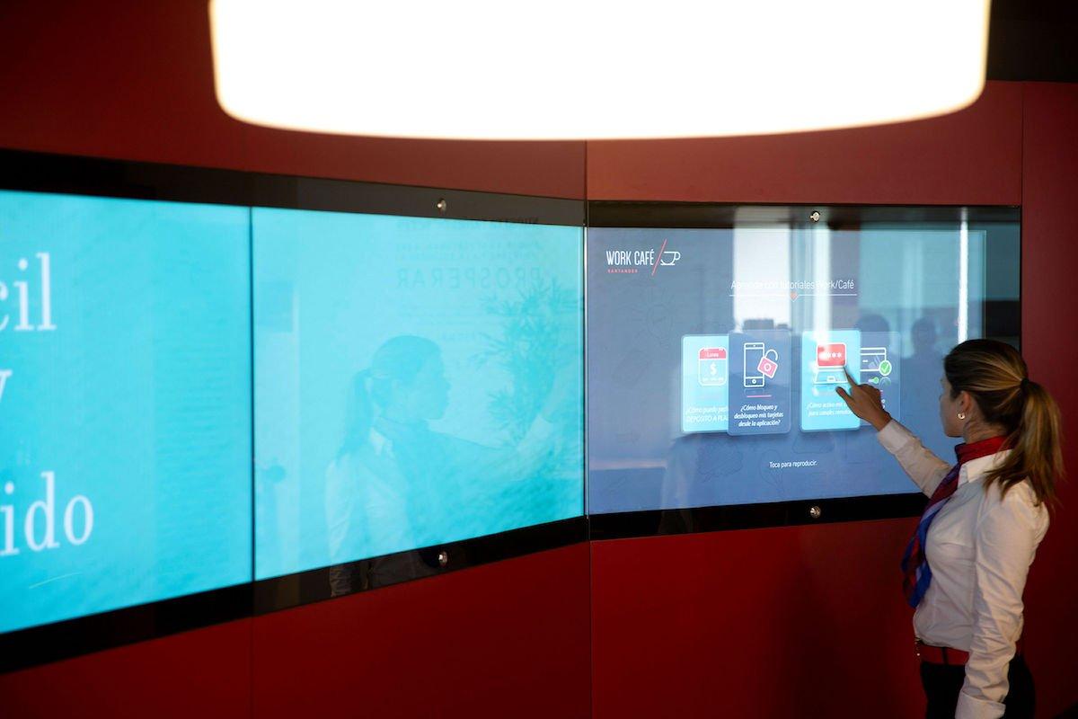 Auch die Videowalls sind interaktiv (Foto: Zytronic)