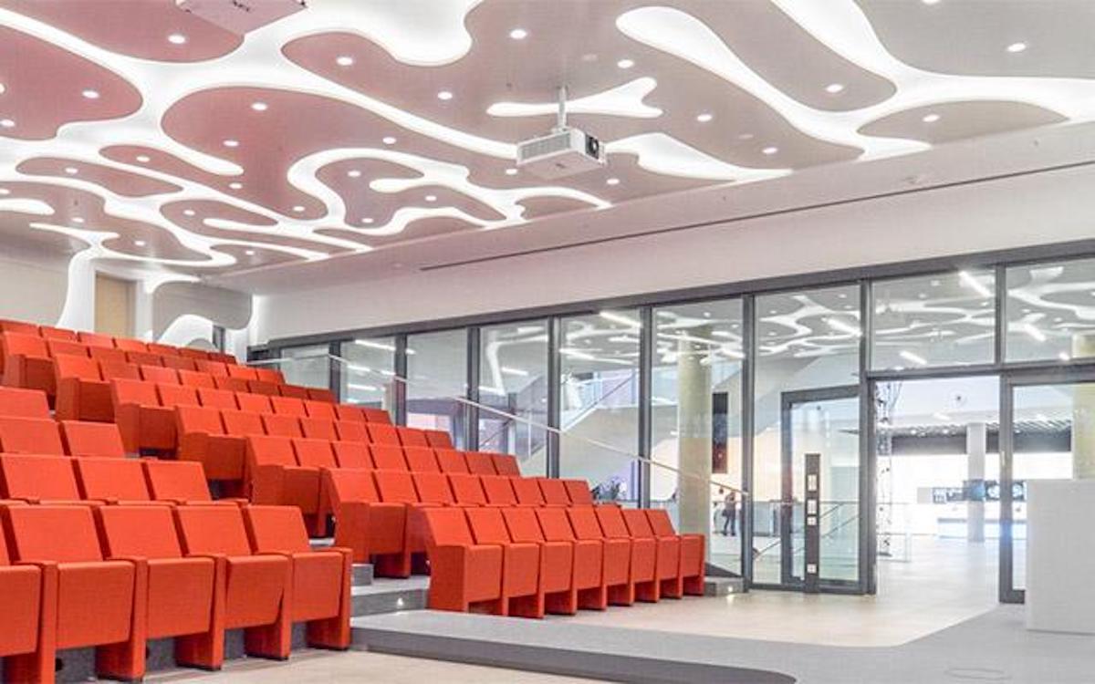 Bei Brainlab in München sind Projektoren, LCD Screens und LED Screens im Einsatz (Foto: NEC)