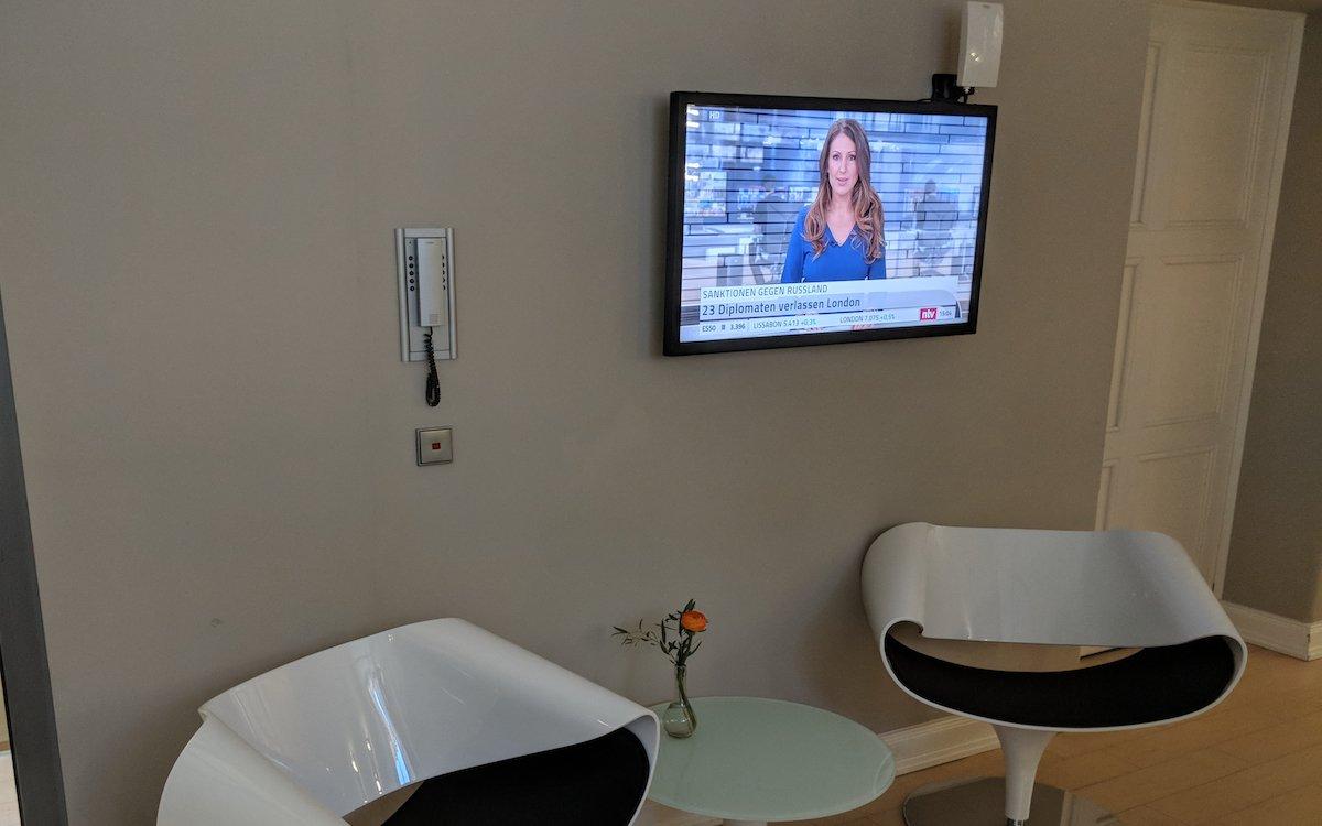 Digital Signage Screen in der Asklepios Medical School (Foto: PMS Perfect Media Solutions)