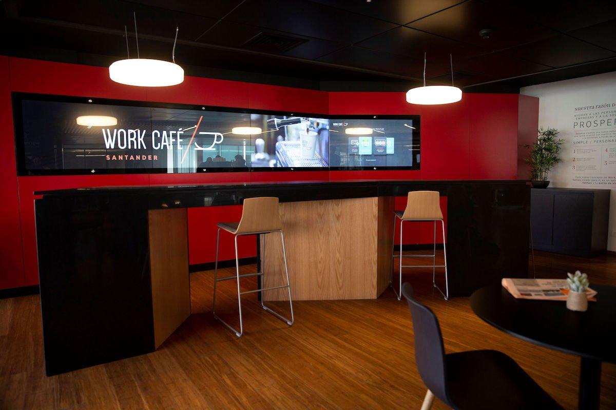 Platz zum Arbeiten und Kaffeetrinken in der Bankfiliale (Foto: Zytronic)