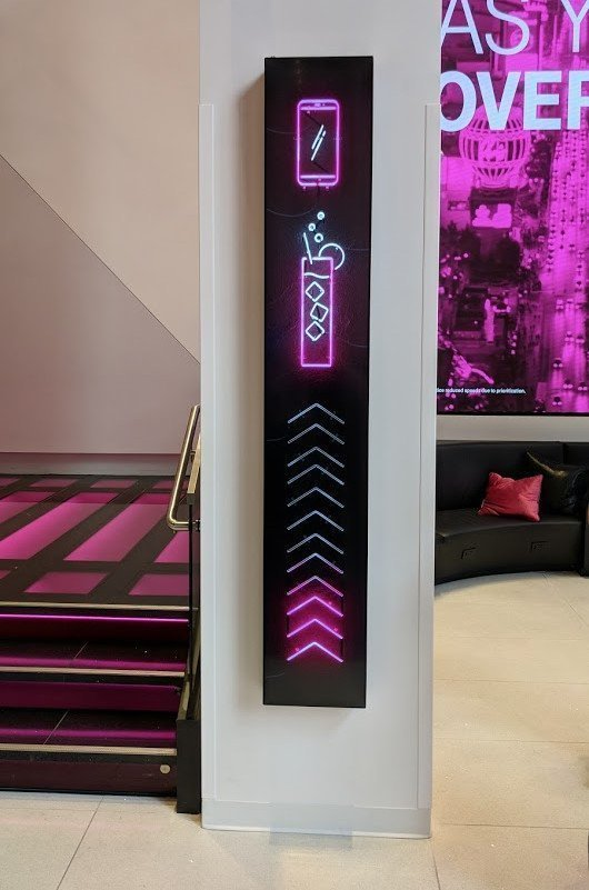 T-Mobile Las Vegas nutzt Stretched Displays an Pfeilern (Foto: invidis)