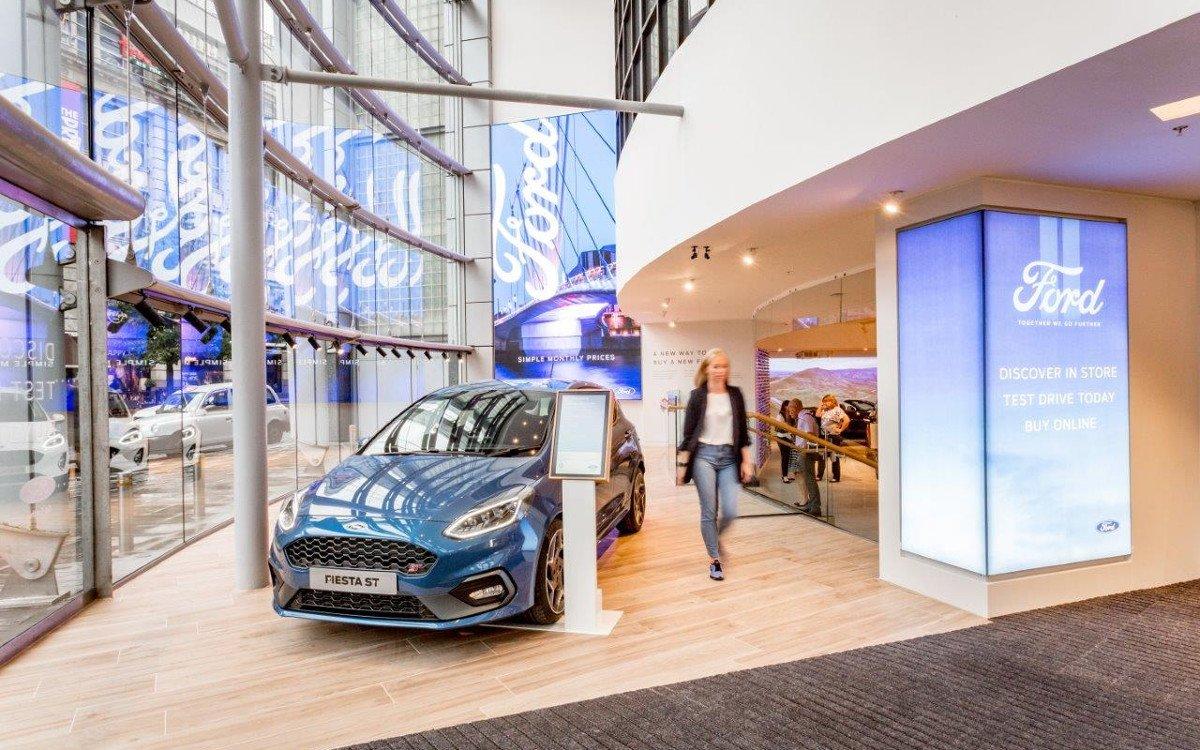 Fünf Fahrzeuge finden zwischen Kleidung und Möbel Platz (Foto. Ford)