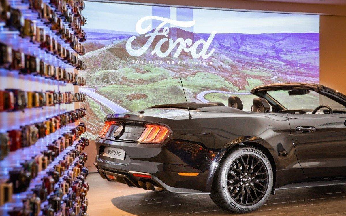 Digitale Wände und dynamische Lichtinstallationen bringen Bewegung in den Showroom (Foto: Ford)