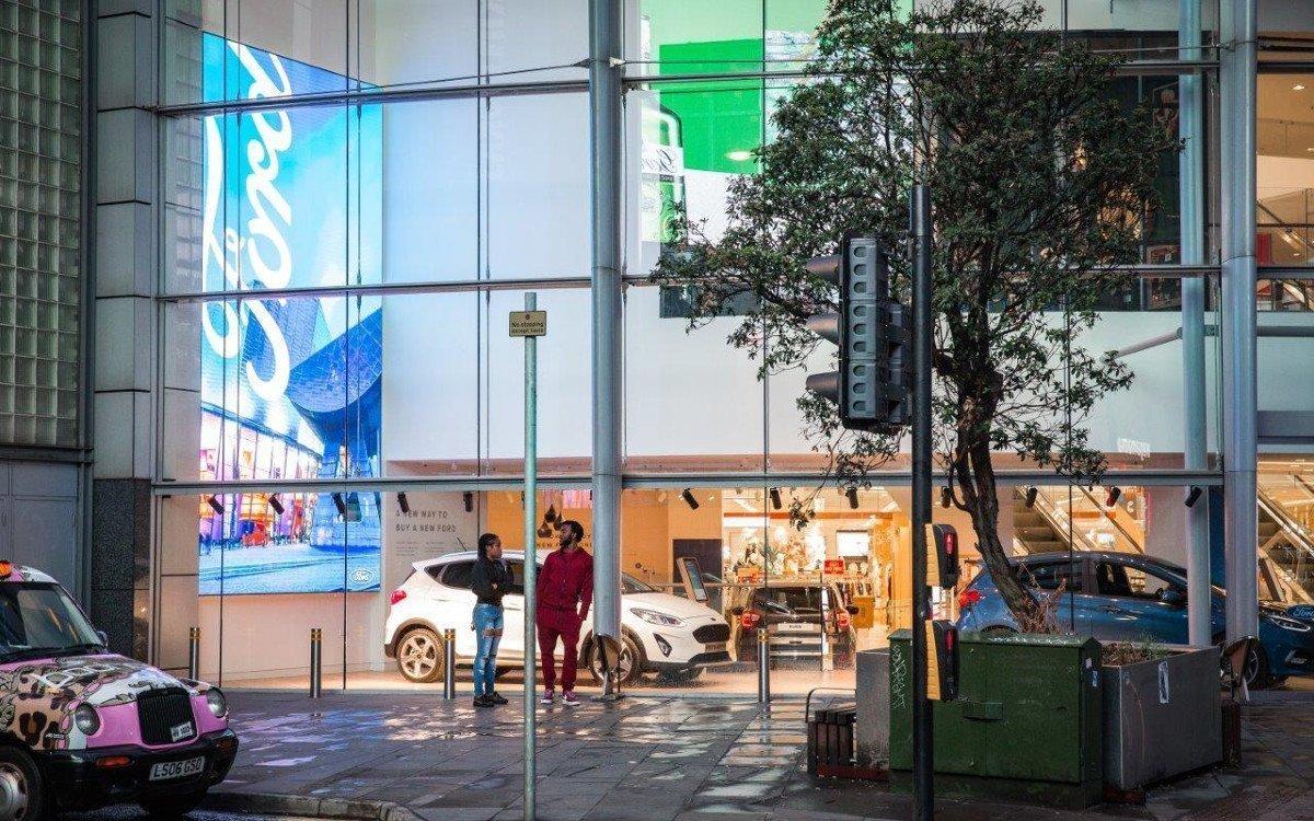 Digital Signage hinter Glassfassade (Foto: Ford)