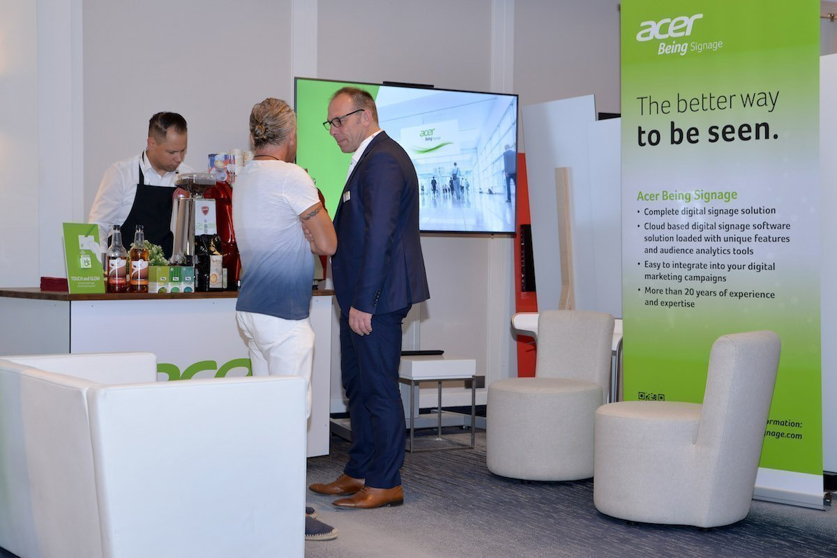 Am Stand bei Acer Being Signage (Foto: invidis)