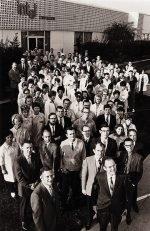Die ersten 106 Intel-Mitarbeiter mit den Firmengründern (Foto: Intel)
