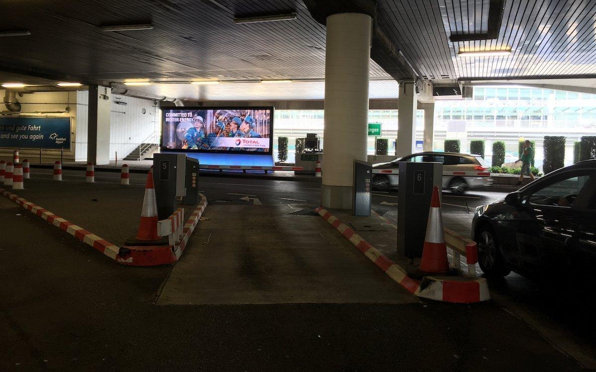 Jeder der eines der Parkhäuser am T1 verlässt, sieht den neuen LED Screen an der Ausfahrt (Foto: invidis)