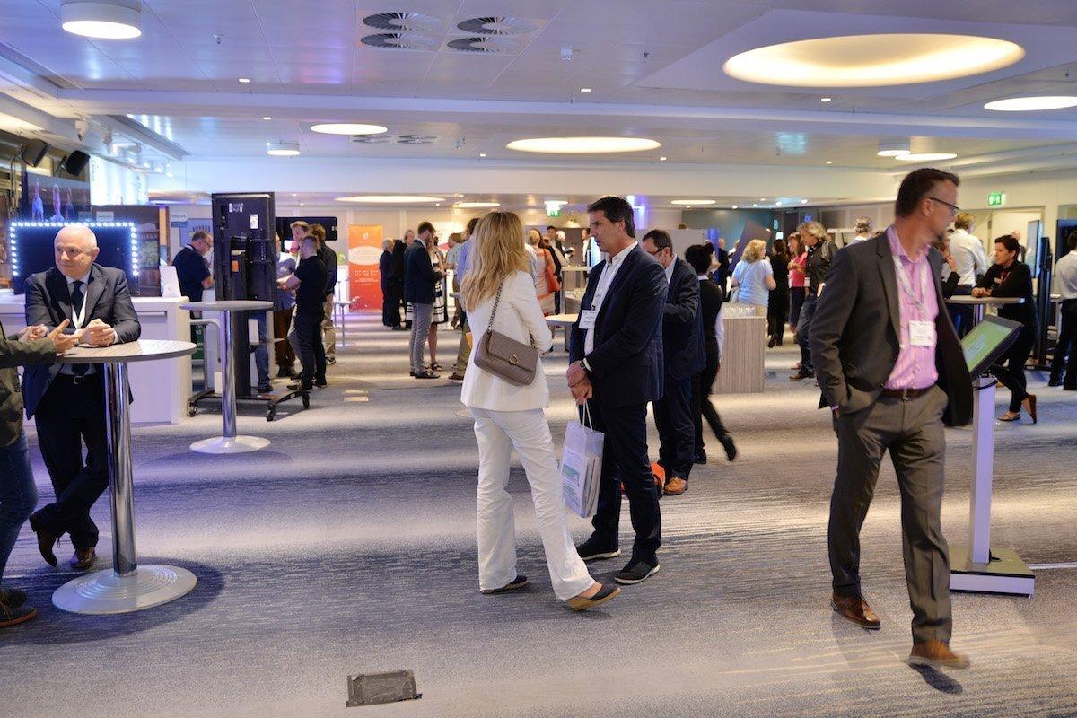 Konferenzteilnehmer tauschen sich aus (Foto: invidis)