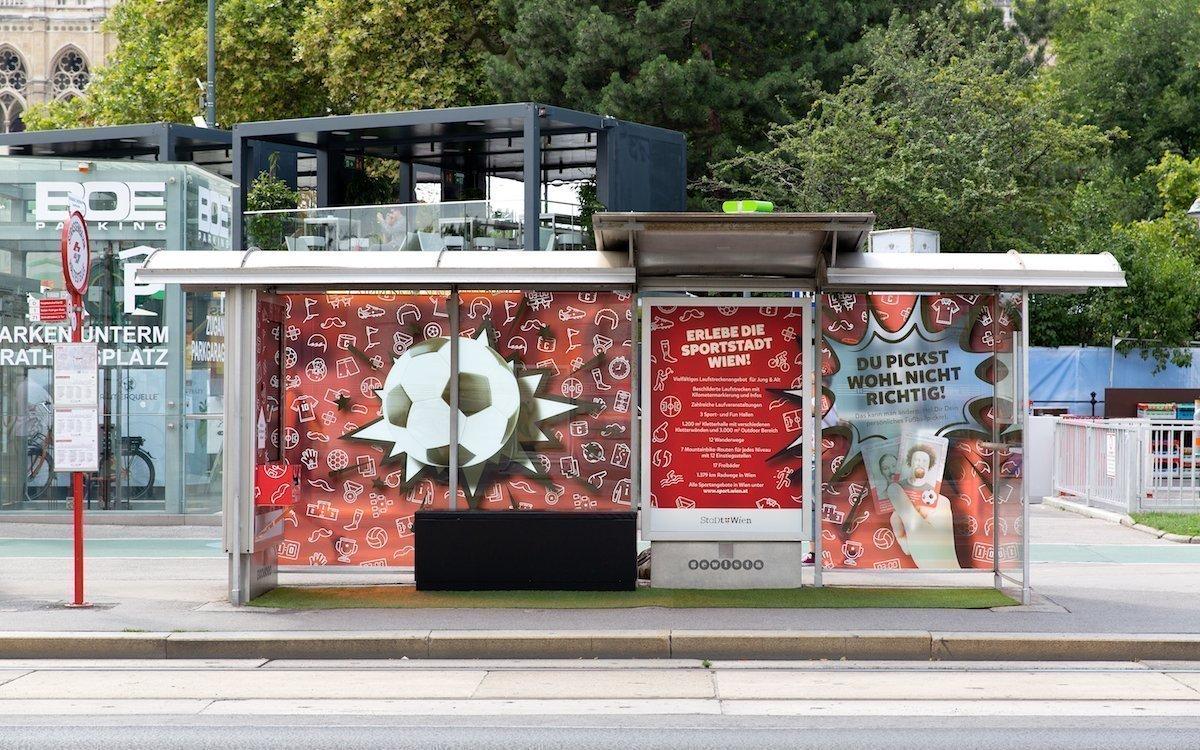 Mit Fussballmotiven gepimpt – interaktive Wartehalle in Wien (Foto: Gewista)