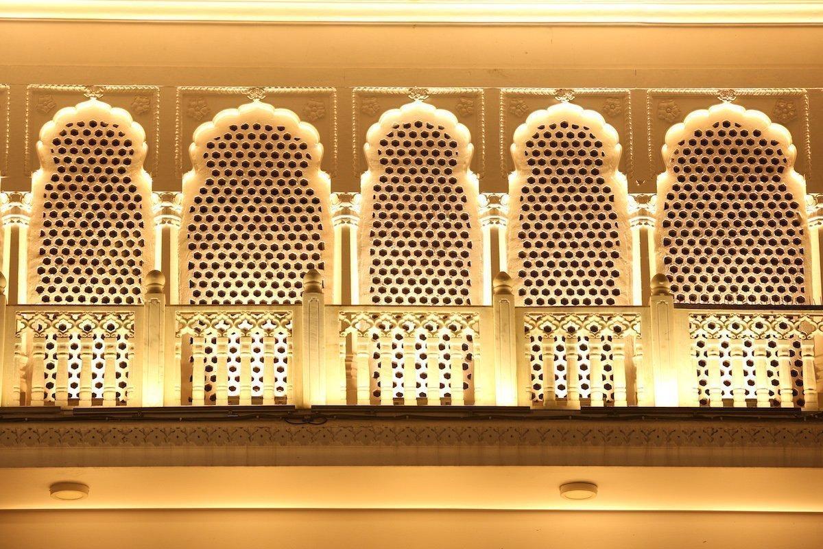 Säulen und Fassadenverziehrungen werden durch LED-Leuchten betont (Foto: Osram)