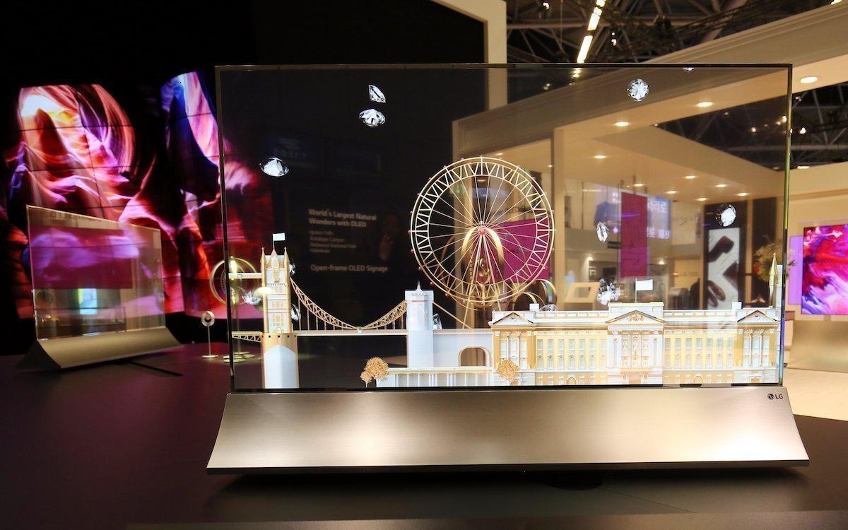 Vorne und hinten links professionelle Transparent OLED Screens von LG (Foto: LG)