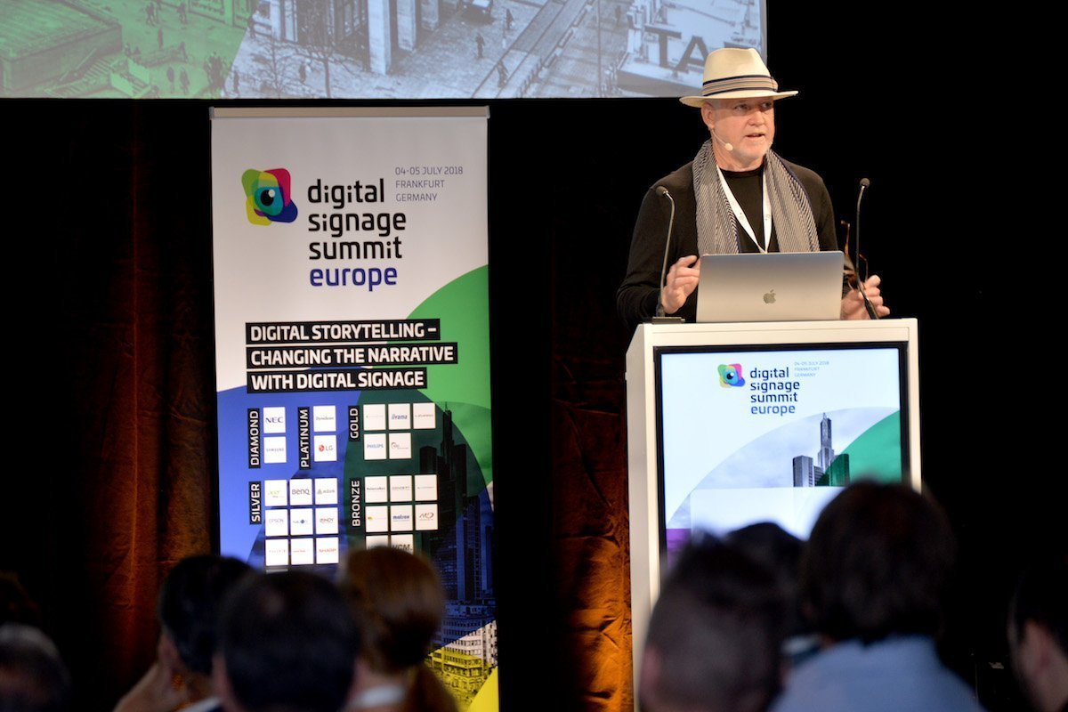 """You can leave your hat on"" – Alastair Kean bei seiner inspirierenden Keynote (Foto: invidis)"