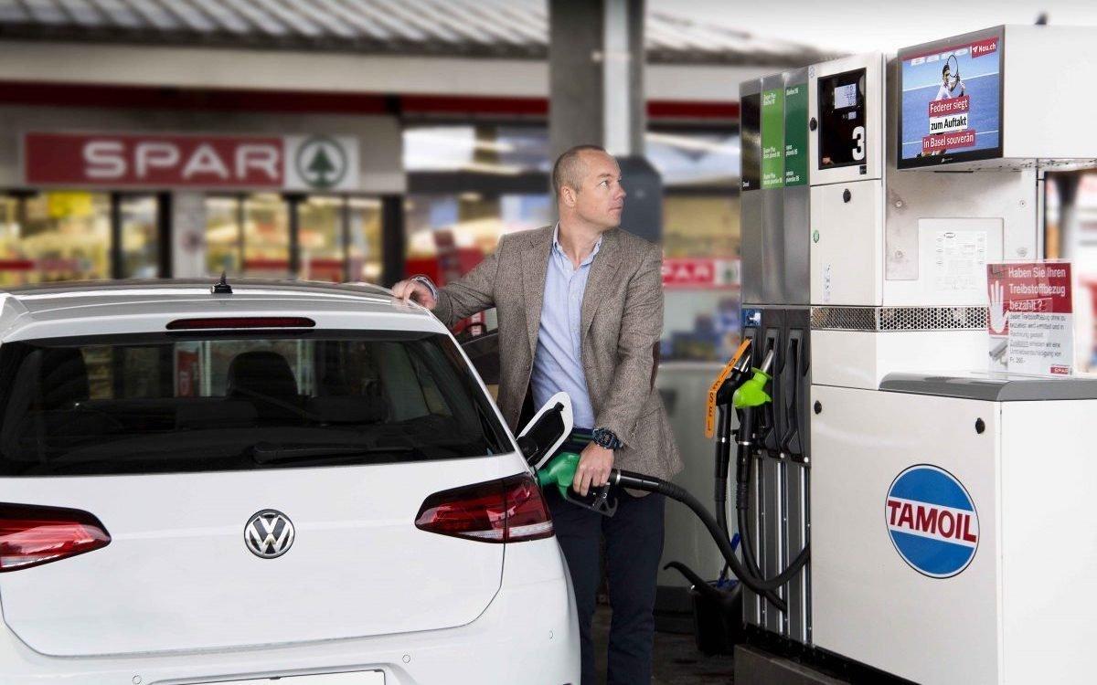 gasstationtv-Screen an einer Tamoil-Tankstelle in der Schweiz (Foto: gasstationtv)