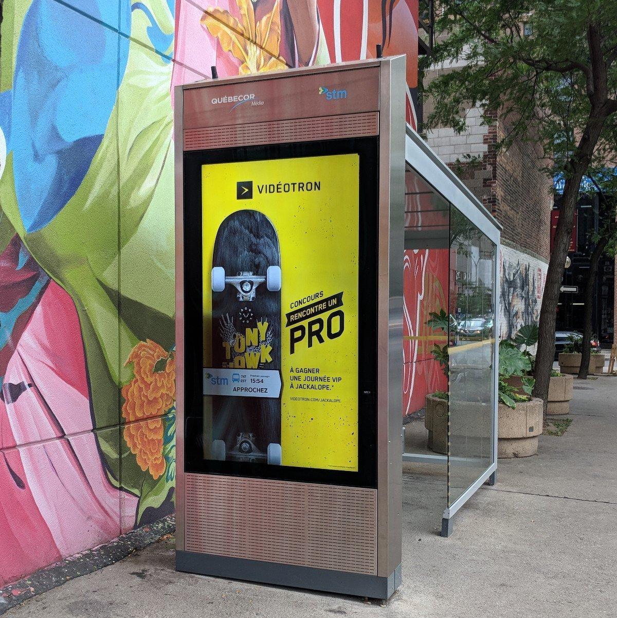 Werbung trifft auf Live-Verkehrsinformation in Montreal. Hinweis: Die schwarzen Flecken auf dem Screen sind den durch die Kamera verursachte Moiré-Effekt (Foto: invidis)