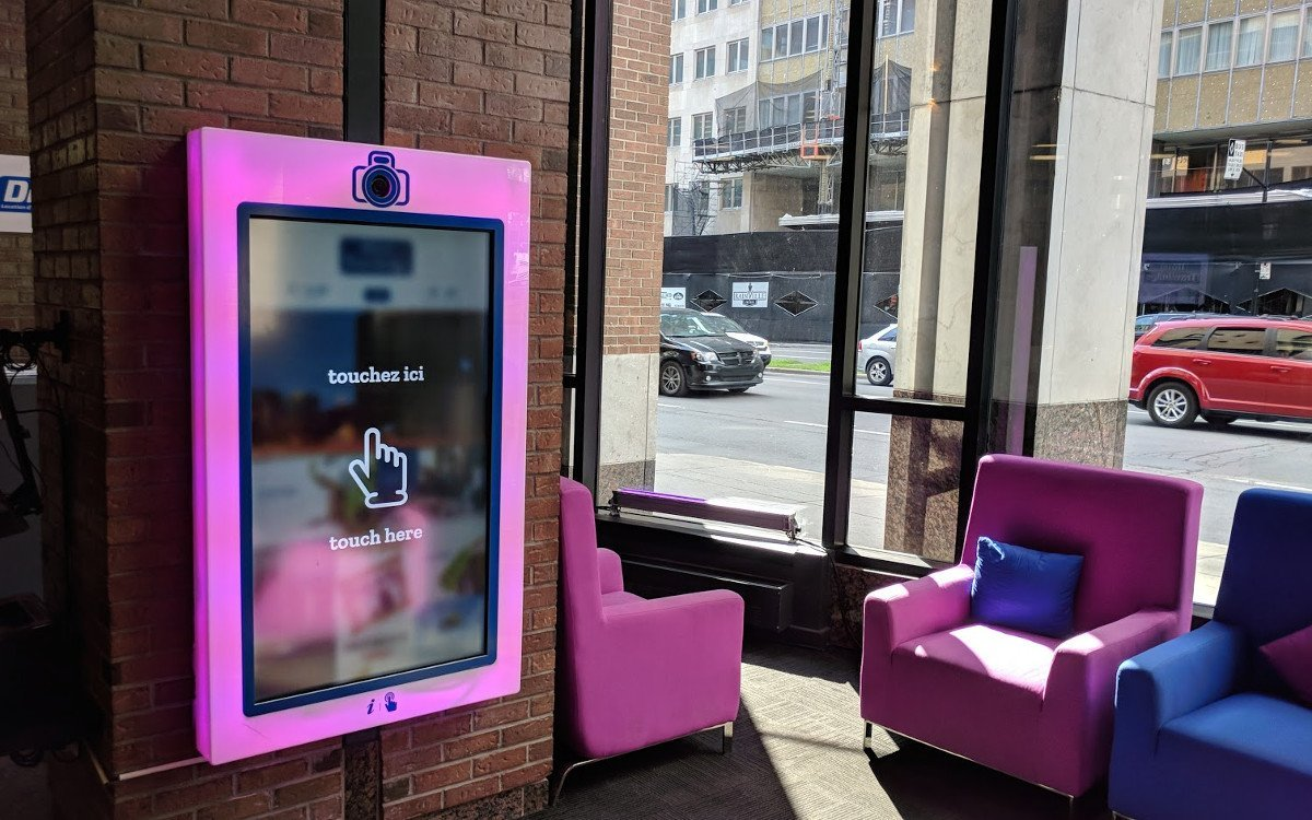 Interaktiver Screen in der Hotellobby von Travelodge Montreal (Foto: invidis)