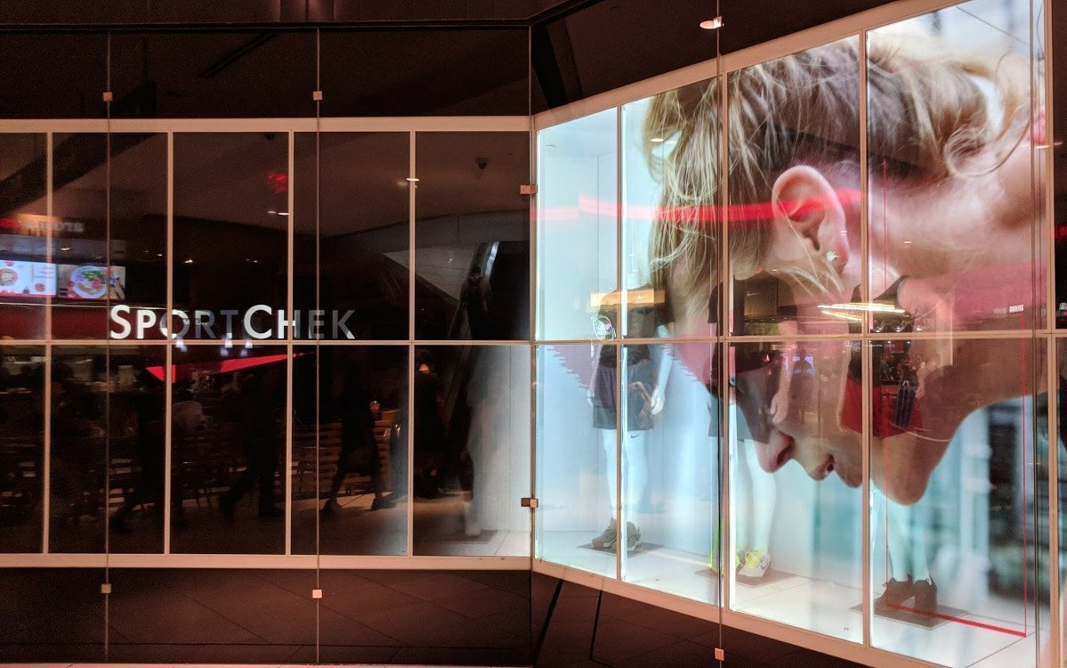 Transparente Displaywall bei Sportcheck in Toronto (Foto: invidis)