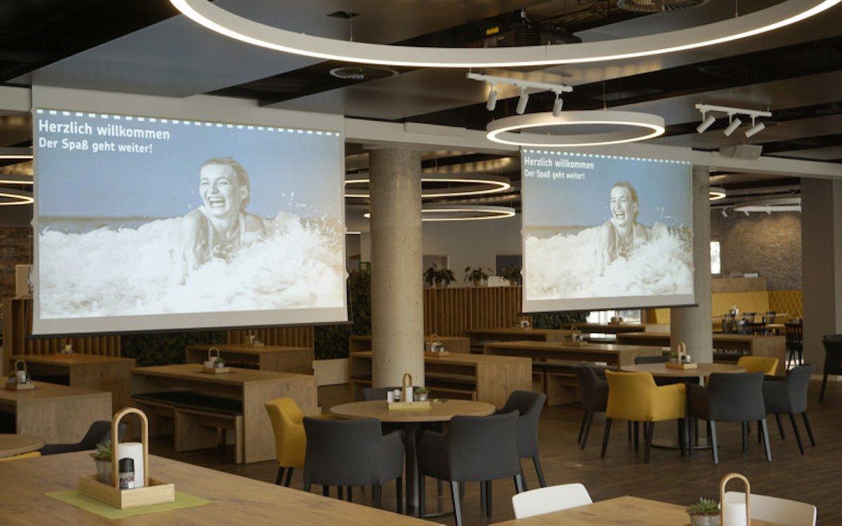 Die beiden installierten Projektoren sind 12.000 lm stark (Foto. Epson)