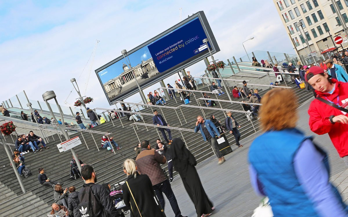 Dulux-Aktion auf dem Screen in London (Foto: Ocean Outdoor)
