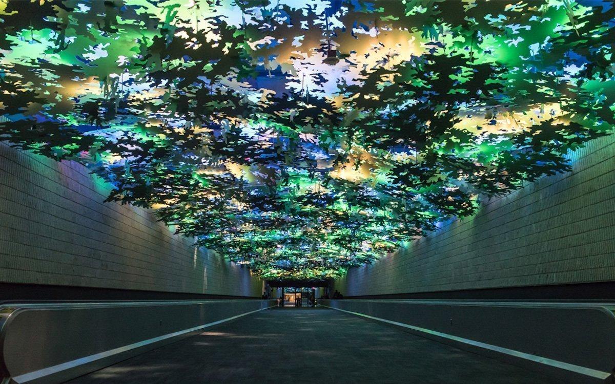 Laub wohin das Auge blickt – Medieninstallation am Airport von Atlanta (Foto: ILC)