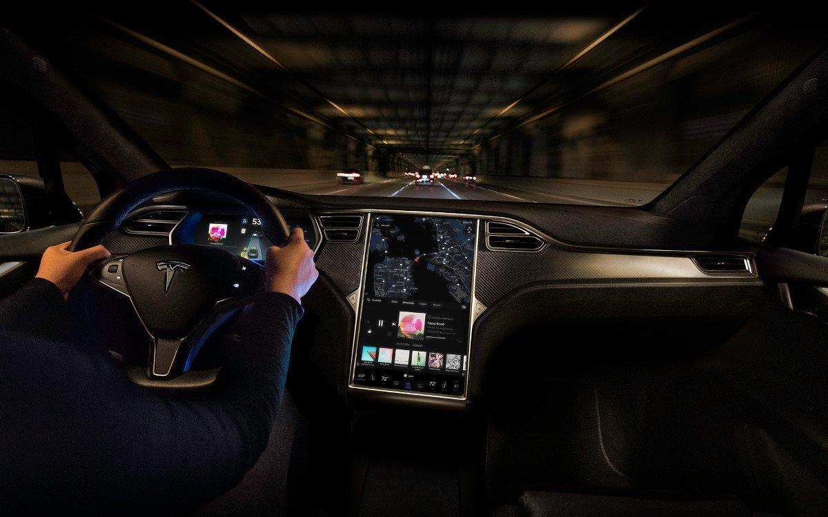 """17"""" Touchscreen im Tesla Model X (Foto: Tesla)"""