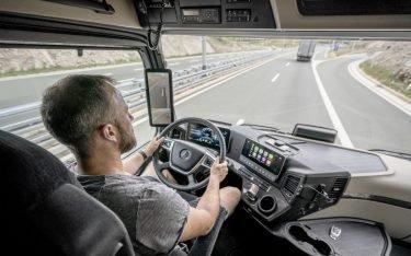 """Mercedes Actros mit 15"""" digitalen Rückspiegel (Foto: Mercedes Benz)1"""