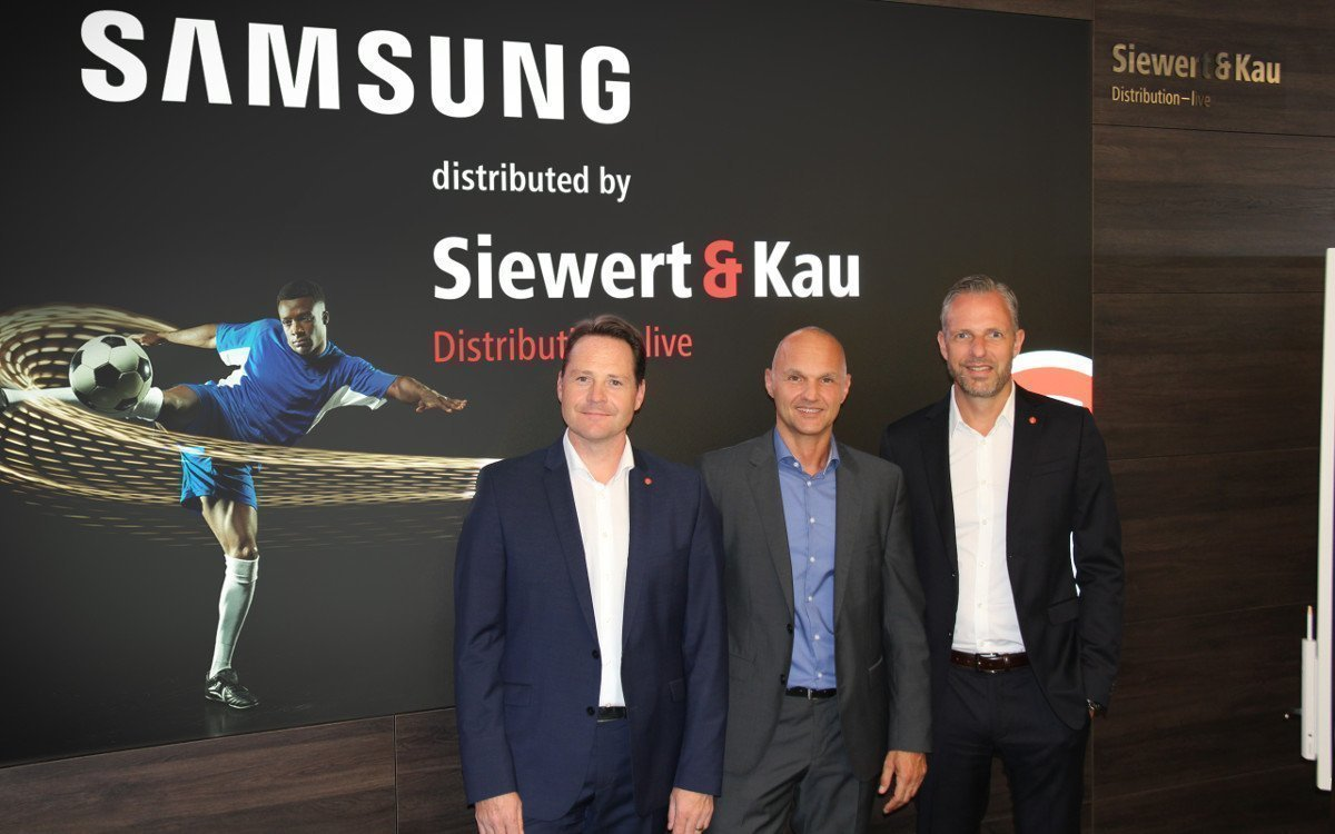 Siewert & Kau Samsung Showroom Markus Hollerbaum (Siewert & Kau), Michael Vorberger (Samsung) und Björn Siewert (Siewert & Kau) (Foto: Siewert & Kau)