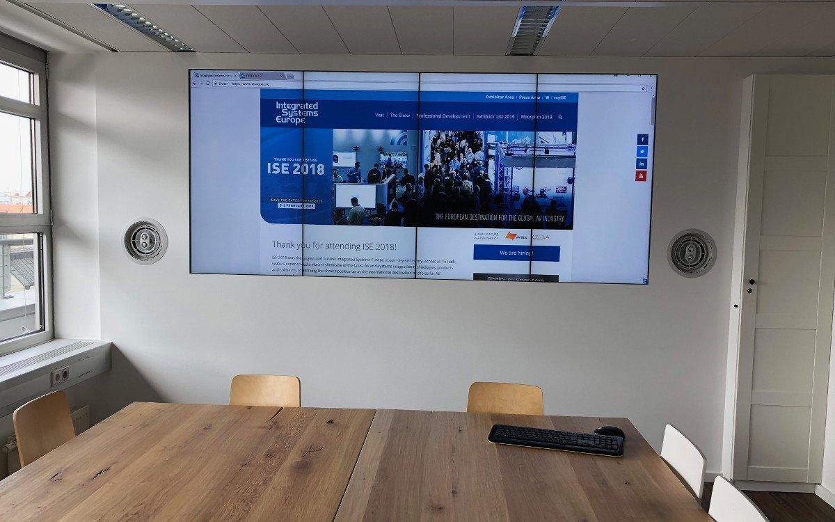 Videowall mit Peerless Halterungen bei der ISE in München (Foto: Peerless)