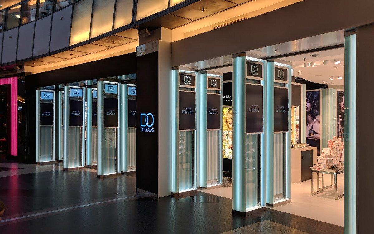Displays und LED im Eingangsbereich von Douglas Warschau (Foto: invidis)