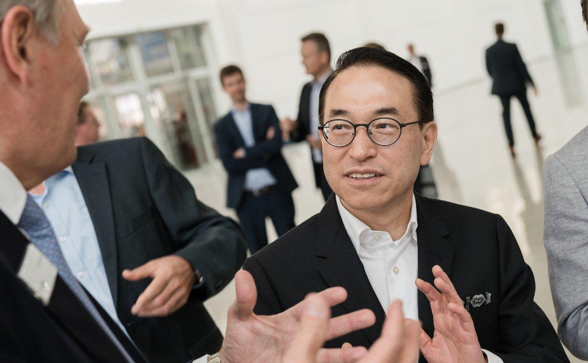 Rundgang der Köln Messe Geschäftsführung mit Samsung SDS anlässlich der Inbetriebnahme des neuen Digital Signage Systems; ebenfalls vor Ort Won Pyo Hong (Global CEO Samsung SDS) (Foto: Köln Messe)