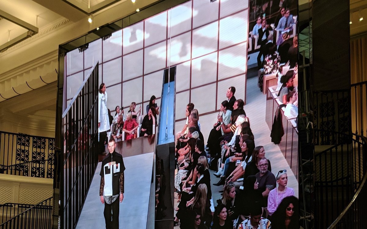 Neue LED-Installation im Burberry Flagship in London (Foto: invidis)