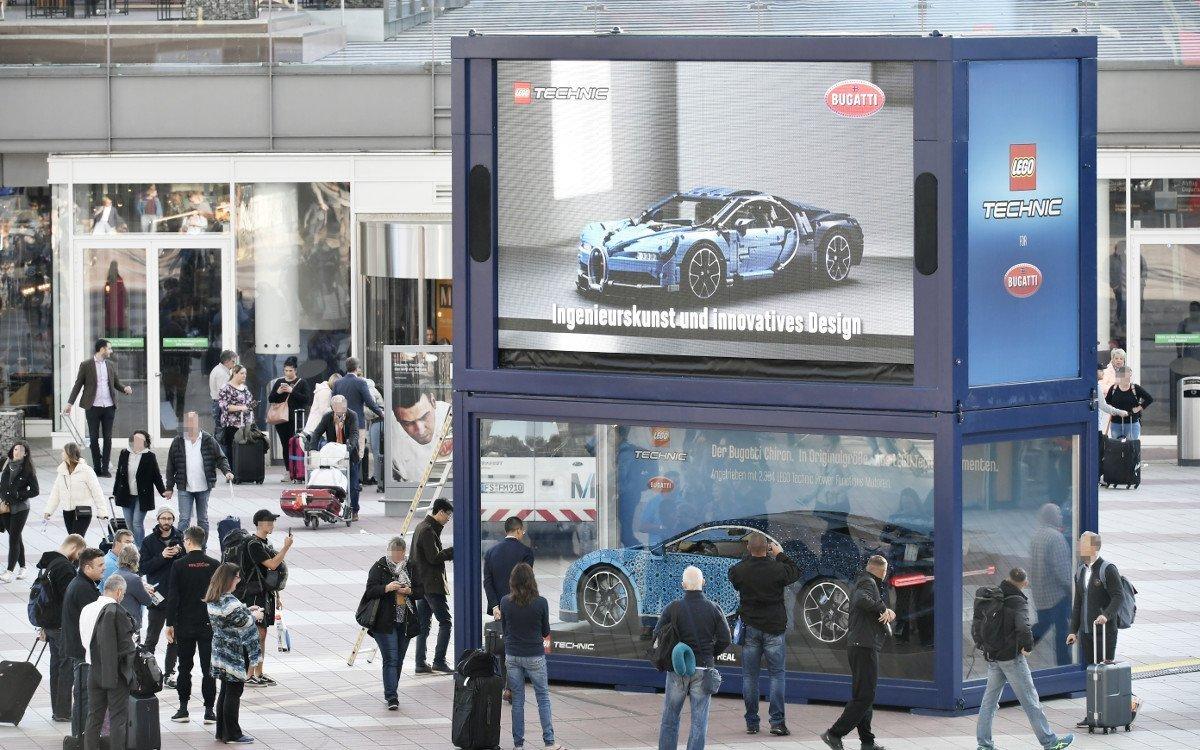 LEGO Bugatti mit LED am Flughafen München (Foto: FMG)