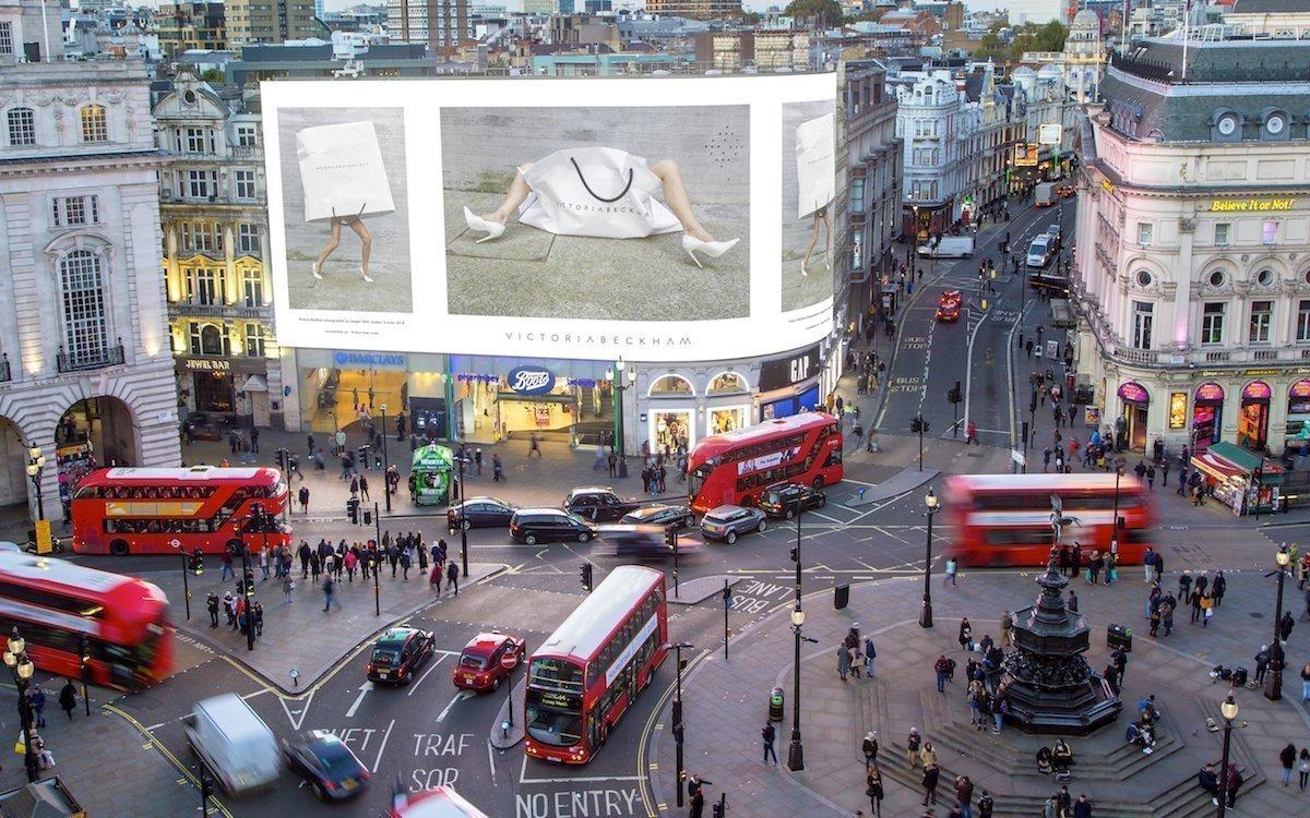 Victoria Beckham wirbt auf den Piccadilly Lights für ihre neue Kollektion (Foto: Ocean Outdoor)
