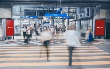cityscreens am Bahnhof Fribourg (Foto: Livesystems)